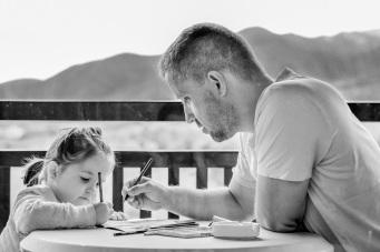 ScriviAmo * Favole in Famiglia - www.scriviamocorso.it (foto di dagon_ Daniela Dimitrova - CC0 Creative Commons - fonte: https://pixabay.com/it/ragazza-padre-ritratto-gli-occhi-1641215/)