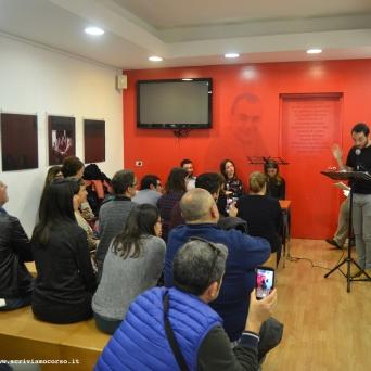 """""""Le Occasioni"""", la serata a La Feltrinelli Point, Daniele Floris legge uno dei lavori degli allievi"""